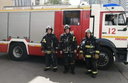 На востоке Москвы пожарные спасли трех человек