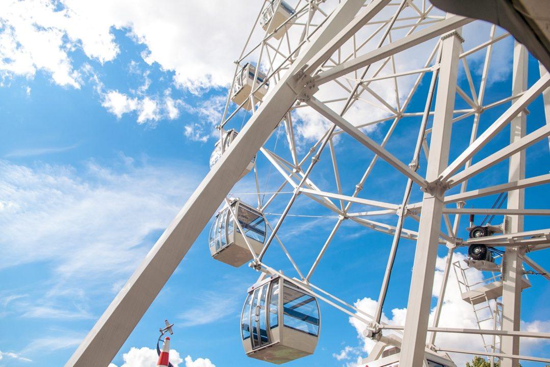 Вид снизу на колесо обозрения в парке Сокольники