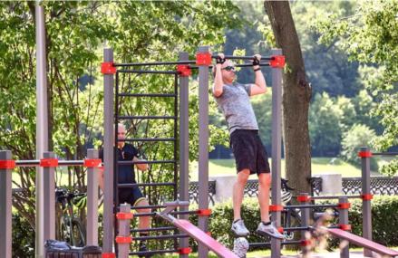 Турники, брусья и другие тренажеры: в каких парках оборудованы спортивные площадки