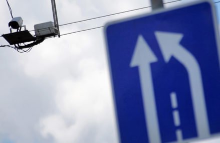 В Москве начали фиксировать движение машин через места для парковок