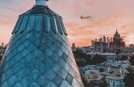 Кто, когда и зачем водрузил на крышу башенки московского доходного дома гигантскую перевернутую рюмку?