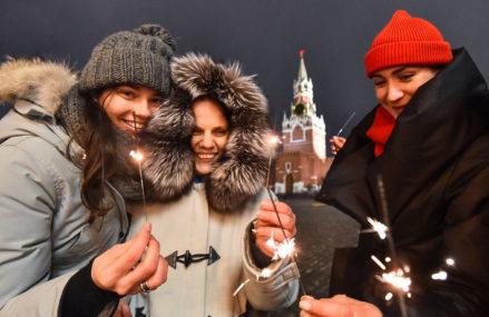 Экскурсия по новогодней Москве: гости в масках, «запрещенные» елки и новый рецепт оливье