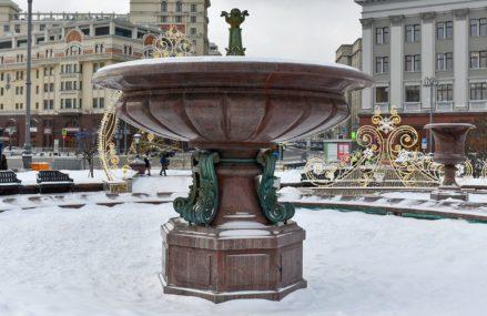 От источника воды до достопримечательности: как менялся Петровский фонтан на Театральной площади