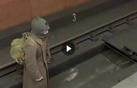 Полицейские задержали «красноармейца», гулявшего по путям метро