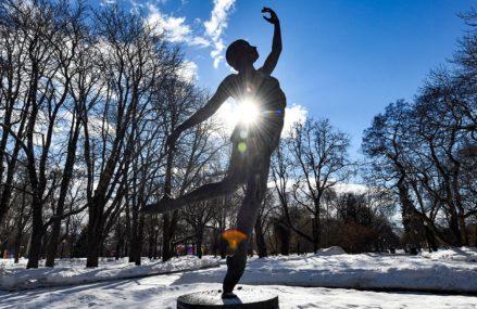 Кинодива, балерина и читающая девушка: женские образы в архитектуре Москвы