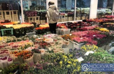 Не разориться на подарке жене и коллеге — куда перед 8 марта бежать москвичу за недорогим букетом