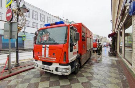 ВИДЕО: из-за припаркованных машин, спасатели ВАО не могут подъехать к очагу пожара