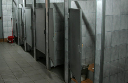 Гей проделывал дыры для «быстрого секса» в перегородках общественных туалетов