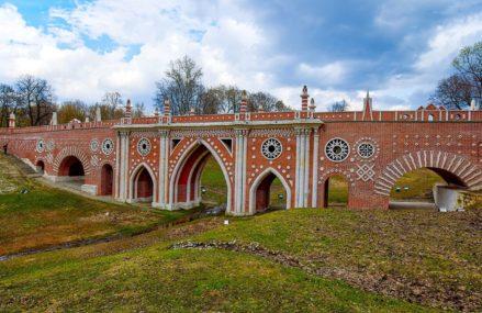 Одно из главных сооружений царицынского ансамбля — парадный 80-метровый Большой мост через овраг