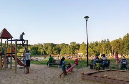 Отдых горожан в жаркую погоду 12 июля на Путяевском пруду в парке культуры и отдыха «Сокольники»
